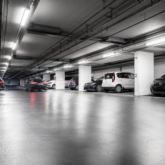 Garage upplyst av Steinels armatur Connect 5100